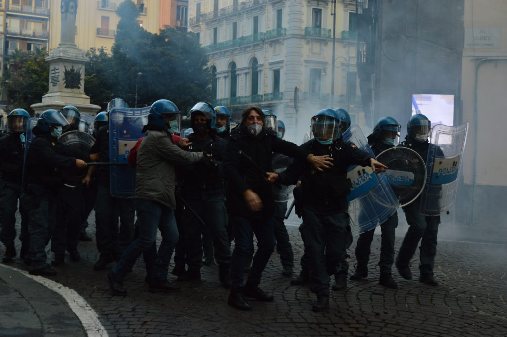 Napoli scontri polizia